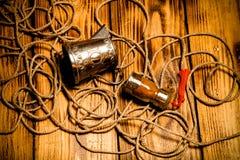 Веревочка, специи и утвари металла на старых деревянных, который сгорели таблице или bo Стоковое фото RF