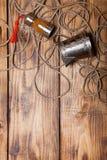 Веревочка, специи и утвари металла на старых деревянных, который сгорели таблице или bo Стоковое Изображение RF