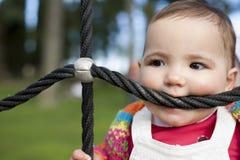 веревочка спортивной площадки ребенка 11 месяца bitting по мере того как было teether стоковое фото