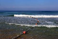 Веревочка с поплавками на seashore стоковая фотография