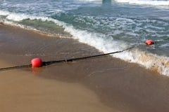 Веревочка с поплавками на seashore стоковые изображения