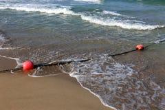 Веревочка с поплавками на seashore стоковые фото