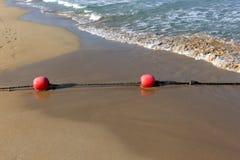 Веревочка с поплавками на seashore стоковые изображения rf