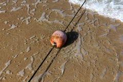 Веревочка с поплавками на seashore стоковое фото rf