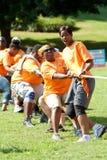 Веревочка тяги людей в конкуренции перетягивания каната команды Стоковая Фотография