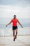 Веревочка чернокожего человека скача стоковые фото