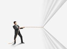 Веревочка человека вытягивая стоковое изображение