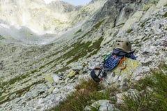 Веревочка, шлем, carabiners, взбираясь проводка и descender на утесе в долине Стоковое Изображение RF