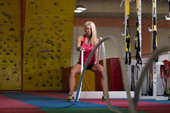 Веревочки женщины фитнеса сражая на тренировке разминки спортзала Стоковая Фотография