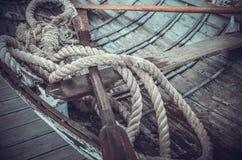 Веревочки и весла в шлюпке Стоковое фото RF