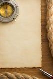 Веревочки и старая бумага на древесине Стоковое Фото