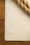Веревочки и старая винтажная старая бумага на древесине Стоковая Фотография RF