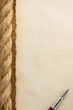 Веревочки и старая винтажная старая бумага на древесине Стоковые Фотографии RF