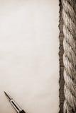 Веревочки и старая винтажная старая бумага на древесине Стоковые Фото