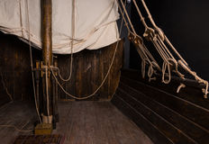Веревочки и такелажирование главного рангоута на палубе старого корабля Стоковые Фотографии RF