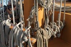 Веревочки и такелажирование парусного судна стоковые изображения