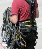 Веревочки и шестерня для альпинистов во время взбираясь разминок Стоковое Изображение