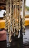 Веревочки и carabiners на яхте vintge Стоковое Изображение