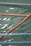 Веревочки к шлюпке стоковое изображение rf