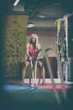 Веревочки молодой женщины сражая на тренировке разминки спортзала Стоковые Фотографии RF
