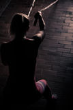 Веревочки фитнеса сражая на тренировке фитнеса разминки спортзала Молодая женщина делая некоторое crossfit работает с веревочкой  Стоковое фото RF