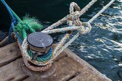 Веревочки шлюпки связанные к пристани Стоковая Фотография RF