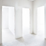 3 двери в белой комнате Стоковые Фотографии RF