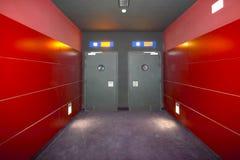 2 двери в красном кинозале коридора Стоковое Изображение