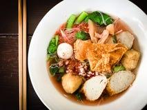 Вермишель с фрикаделькой и fishball в розовом супе лапши Стоковые Изображения