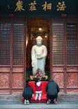 Верные молят в виске Longhua буддийском Белая статуя Будды в Longhua Temple, Шанхае Китае стоковое фото