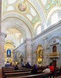 Верный молить в интерьере святилища бенто da Porta Aberta Sao Стоковые Фотографии RF