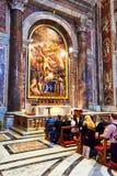 Верный помолите перед усыпальницей St. John Пола II на базилике St Peter в Ватикане, Риме, Италии стоковые изображения