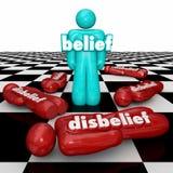 Верование против неверия одна уверенно персона с сомнением стоек веры Стоковая Фотография RF