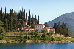 Вероисповедное зодчество Старый правоверный монастырь Черногория, взгляд монастыря Banja на побережье залива Kotor Стоковое Фото