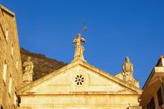 Вероисповедное зодчество 3 статуи на азартной игре церков Черногория, городок Perast, церковь St Mark Стоковое Изображение