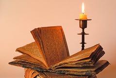 вероисповедное подсвечника книги старое Стоковое Изображение RF