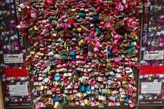 Верона - замки любовника и замки ключа для всех замков закрытые вверх на Касе di Giulietta перед балконом ` s Juliet Стоковое фото RF