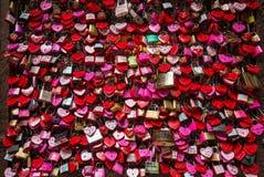 Верона - замки любовника и замки ключа для всех замков закрытые вверх на Касе di Giulietta перед балконом ` s Juliet Люди верят э Стоковые Фотографии RF