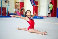 Верона, Италия - 24-ое августа 2017: Тренировка детей в разделе гимнастики стоковые фотографии rf