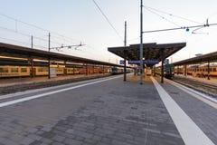 ВЕРОНА, ИТАЛИЯ 10-ое сентября 2016: ` TrenItalia ` поездов типа Regionale и Regionale Veloce печатают на станции в ` Vero Вероны Стоковое фото RF