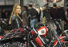 Верона, Италия - 20-ое января 2018: ехать на автомобиле экспо велосипеда, девушка представляя на Harley Davindson Стоковое Фото