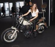 Верона, Италия - 20-ое января 2018: ехать на автомобиле экспо велосипеда, молодая хозяйка представляя на мотоцилк Верона, венето, Стоковые Изображения