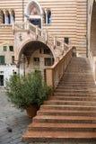 ВЕРОНА, ИТАЛИЯ: Старая лестница к столетие 15 вызвала Лестницу правосудия в della Ragione Palazzo, центре Вероны, Италии стоковое фото