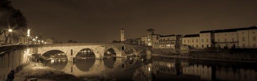 Верона, Италия, каменный мост, старый замок, панорамный взгляд Стоковое Изображение