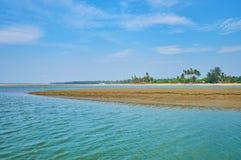 Вертел земли в реке, Chaung Tha, Мьянме Стоковое Изображение RF