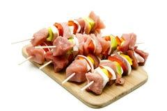 Вертел мяса на деревянной плите Стоковые Фотографии RF