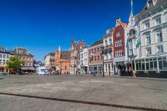 ВЕРТЕП BOSCH, НИДЕРЛАНД - 30-ОЕ АВГУСТА 2016: Исторические дома на рыночной площади Markt в вертепе Bosch, Netherlan стоковое изображение rf