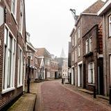 Вертеп Hoorn маленького города на острове Texel Пустая улица в туманном утре Нидерланд, Европа стоковые изображения rf