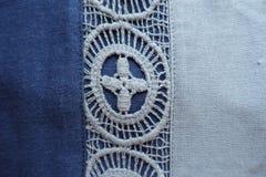 Вертикальная кружевная нашивка на голубой ткани Стоковая Фотография
