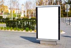 Вертикальная небольшая афиша в городе на тротуаре Насмешливый вверх для рекламировать или объявлений стоковые изображения
